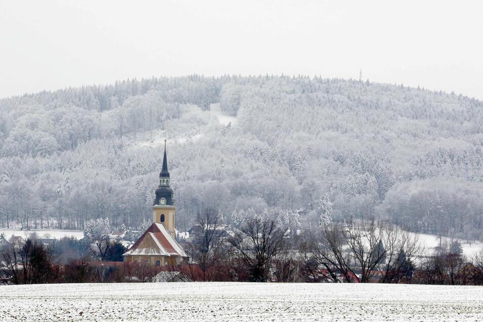 In Weiß getaucht liegt der Schwarzenberg bei Elstra. Die Winteridylle lädt zum Spaziergang ein.