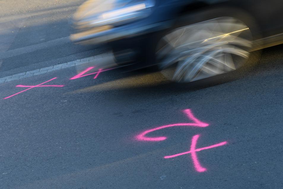 In Wächtersbach sind am Tatort noch die Markierungen der Spurensicherung zu sehen.