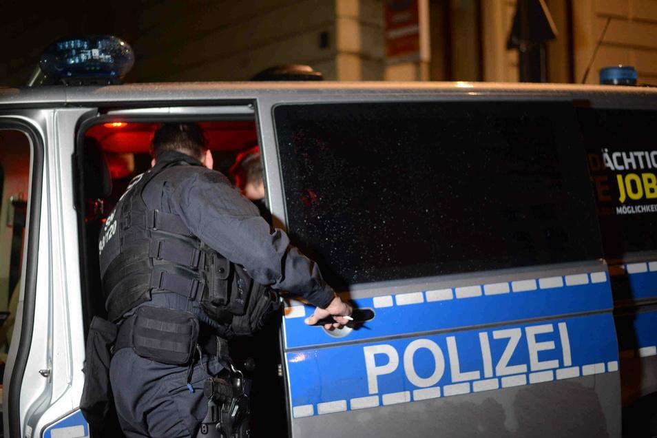 In der Nacht zum Mittwoch haben Beamte der Polizeidirektion in der Görlitzer Innenstadt die Einhaltung der sächsischen Corona-Schutz-Verordnung kontrolliert.