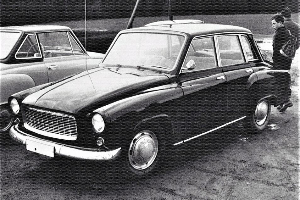 Dresden, 1964/65, Vorstellung von Prototypen. Gut erkennbar: geänderter Grill und eckige Form der hinteren Seitenscheibe/ Fahrgastkanzel am 311er. Links: HT 300 mit aluminiumgerahmter hinterer Seitenscheibe.