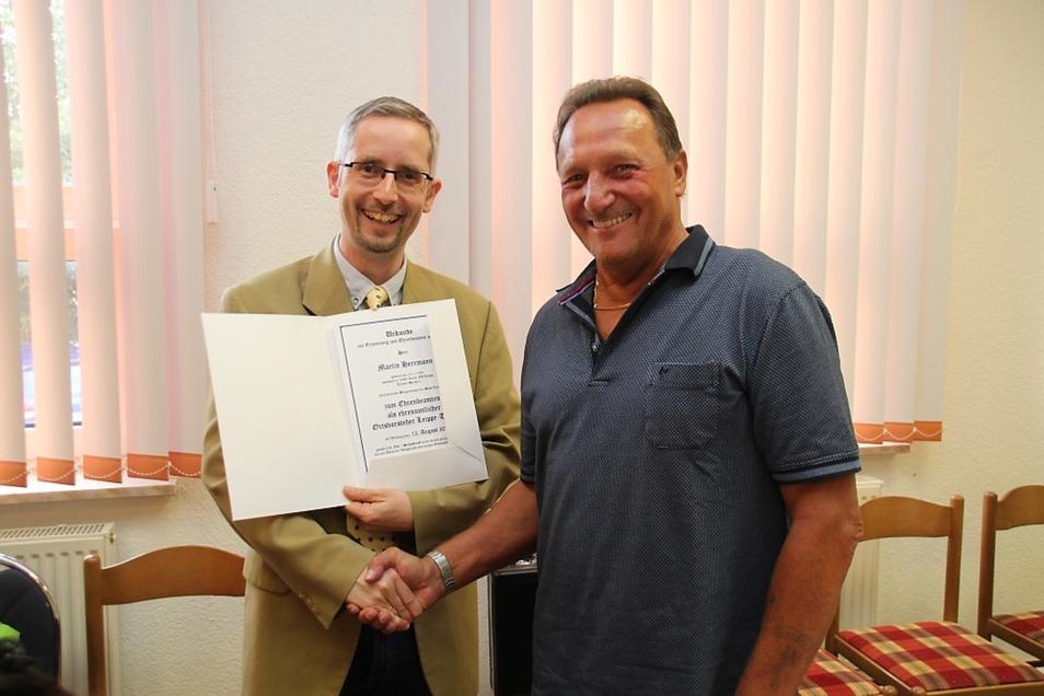 Martin Herrmann (re.) wurde am Montag zum neuen Ortsvorsteher von Leippe-Torno gewählt. Er ist seit 2015 Mitglied des Ortschaftsrates. Nach der Wahl erhielt er die Urkunde, wonach er als Ortsvorsteher zum Ehrenbeamten auf Zeit ernannt ist.
