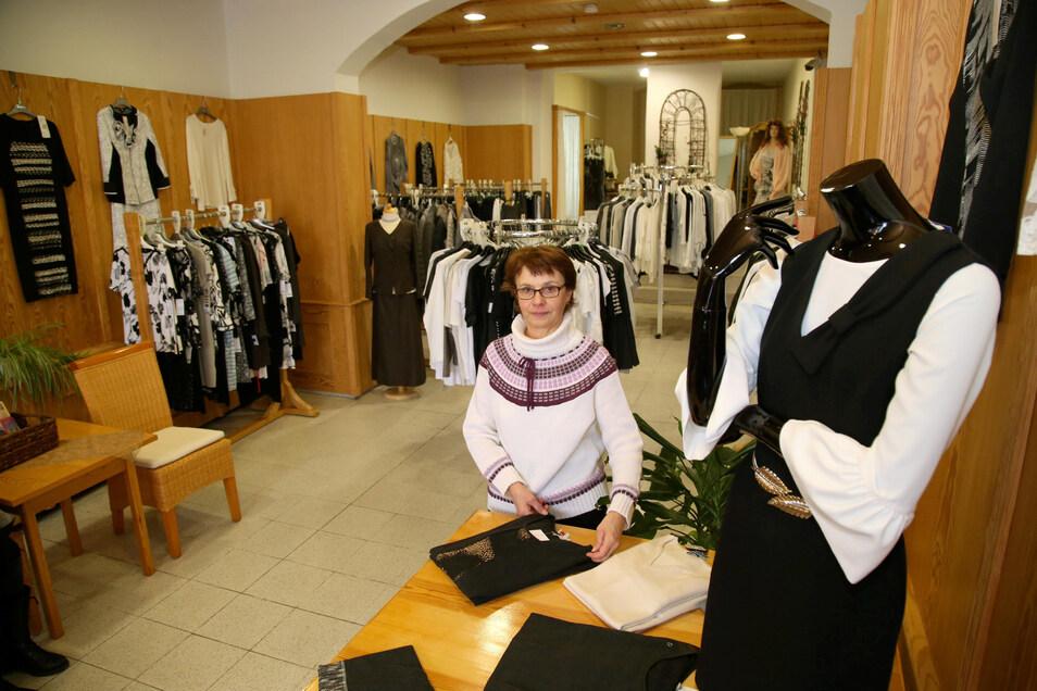 Ulrike Kondziela ist Verkäuferin bei Schwarz-Weiß-Moden, das zum Bestattungshaus Ullrich gehört. Sie geht in Rente, deshalb wird der Laden am Obermarkt geschlossen.