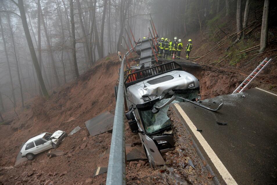 Ein Auto ist einen Hang bei Kordel (Kreis Trier-Saarburg) hinunter gerutscht, nachdem das Auto und der Lastwagen beim Befahren der Landstraße eingebrochen sind.