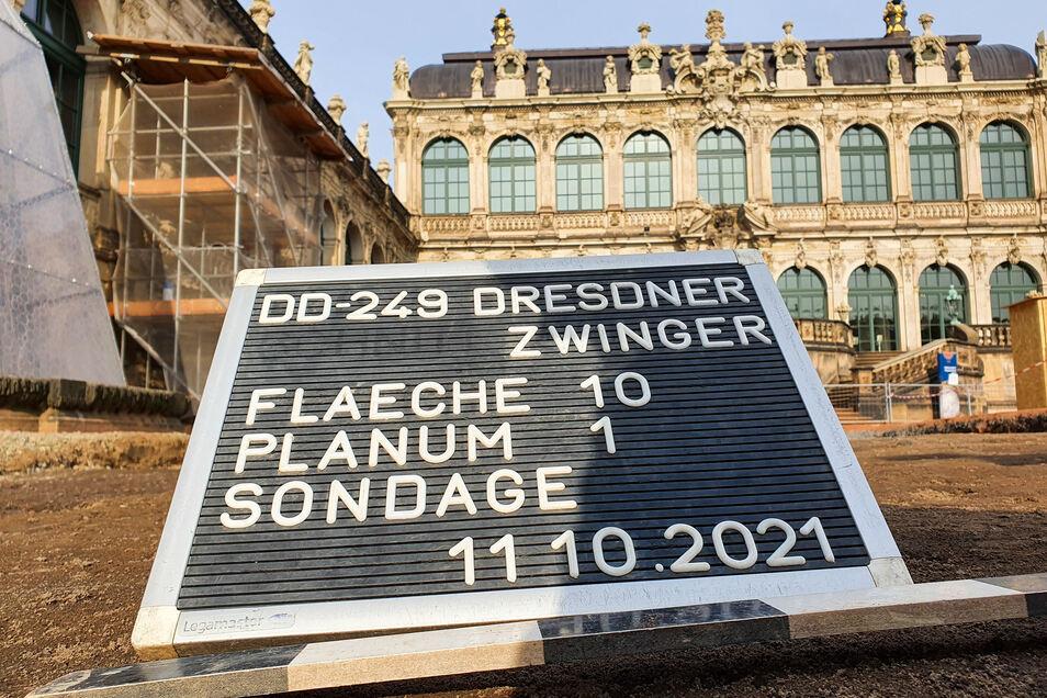 Vor der Sanierung des Zwingerhofes untersuchen Archäologen seit diesem Frühjahr abschnittsweise den Untergrund. Derzeit erkunden sie das zweite Viertel vor dem Mathematisch-Physikalischen Salon.