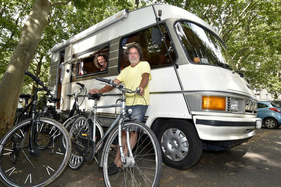 Sylvia und Markus Düster haben ihr 29 Jahre altes Hymer Wohnmobil auf dem Caravanstellplatz am Finanzministerium abgestellt.