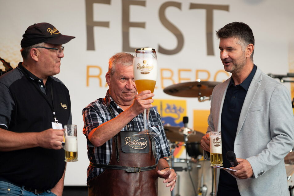 Das Radeberger Bierstadtfest ist eröffnet. Bürgermeister Gerhard Lemm (Mitte) stach traditionell das Bierfass. Anschließend kontrollierte er kritisch den Füllstand seines Glases.