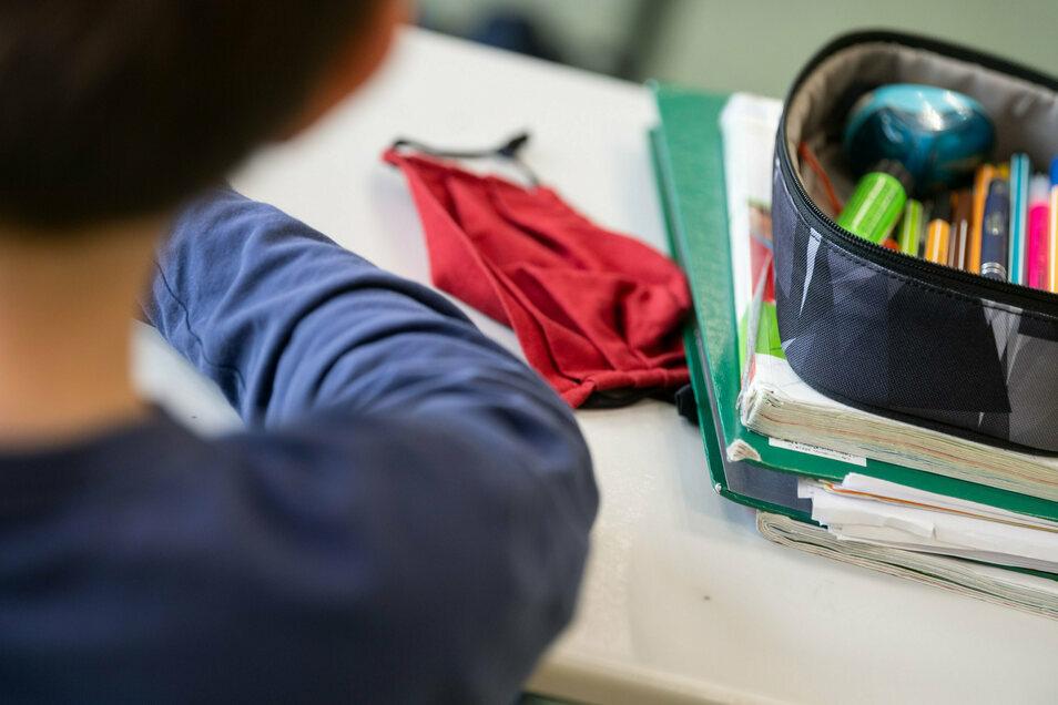Mathebuch, Malstifte und Maske - Pflicht für Schüler in Corona-Zeiten.