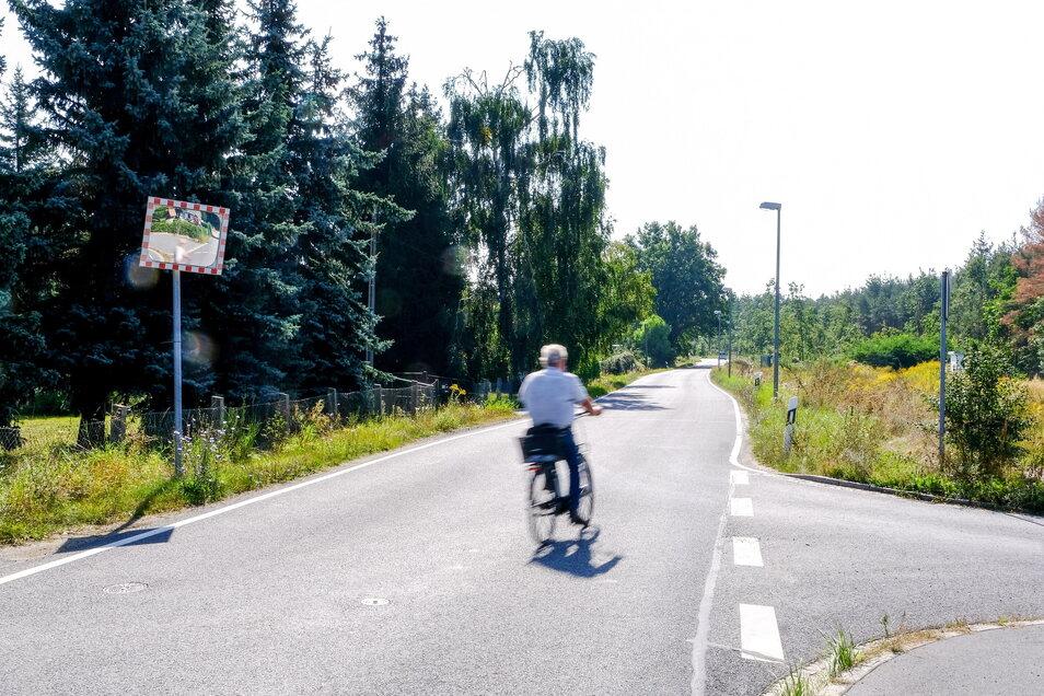 """Am """"Oberen Steinbacher Weg"""" in Weinböhla endet derzeit die ausgebaute Straße. Hier soll ein kombinierter Geh- und Radweg entstehen, der unterhalb des Schlosses Coswig mit dem schon vorhandenen verbunden werden soll."""