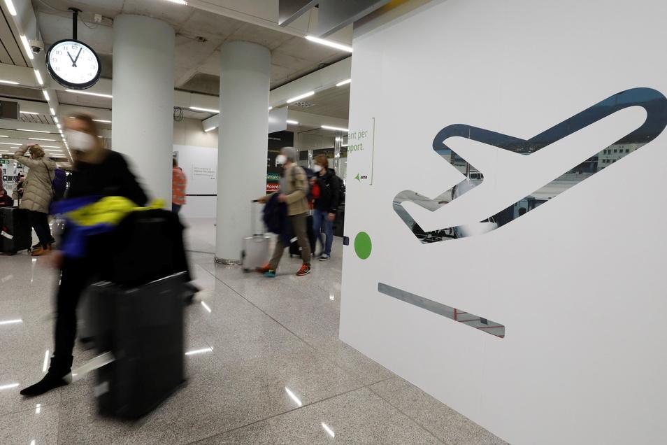 Passagiere kommen auf dem Flughafen Palma de Mallorca an. Zum Auftakt der Osterferien in Deutschland ist die Zahl der Corona-Infektionen auf Mallorca weiter niedrig.