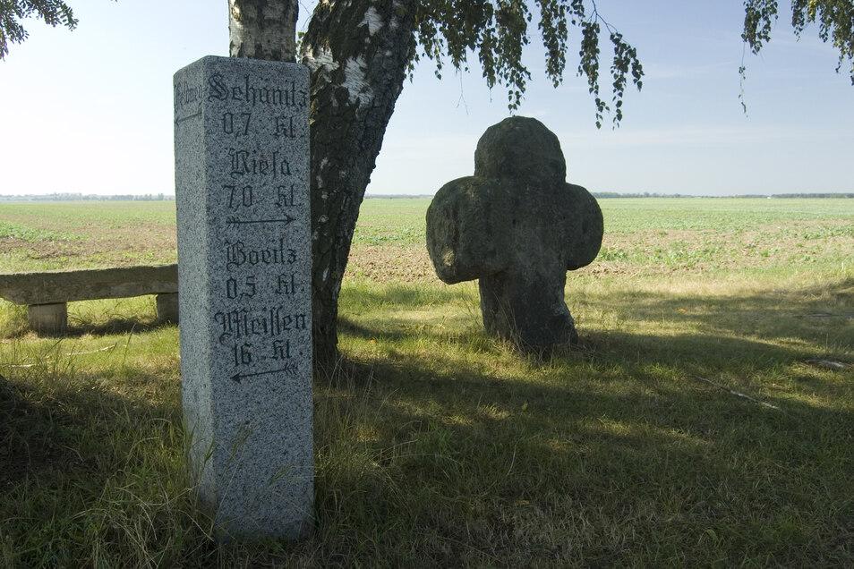 Das alte Boritzer Wegekreuz weist die richtige Richtung nach Riesa.