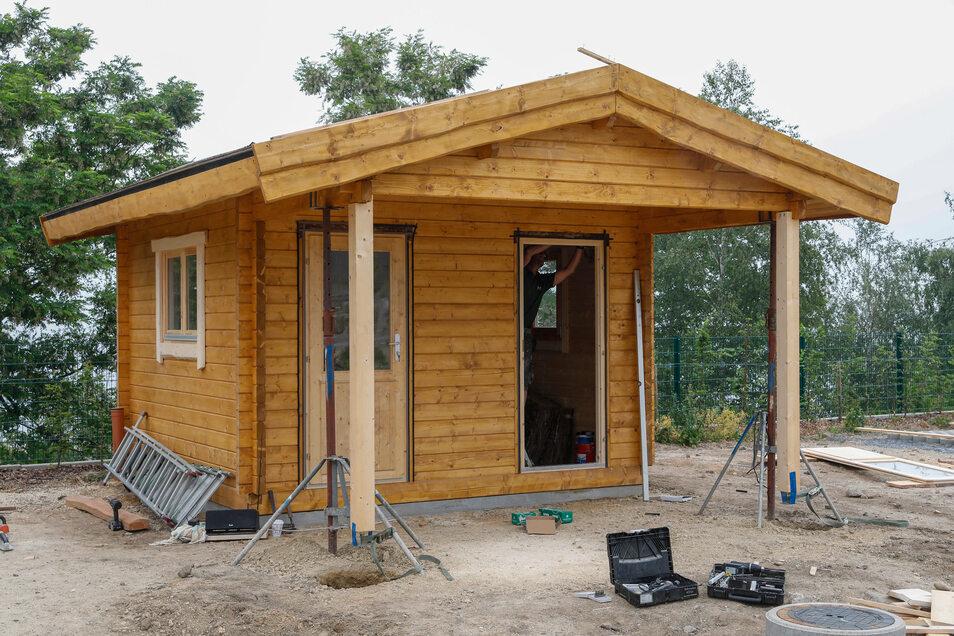 In die kleinen Holzhäuschen kommen die Sanitäreinrichtungen für die gehobeneren Camper-Stellplätze.