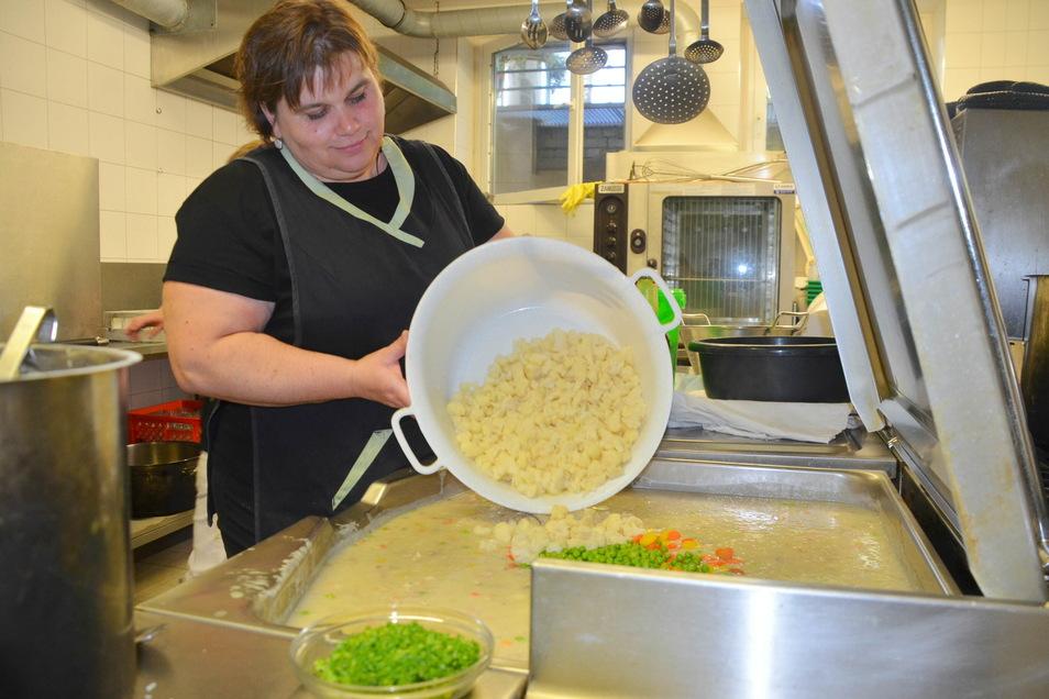 Schulküchen-Chefin Katrin Lange bereitet das Essen immer frisch zu.