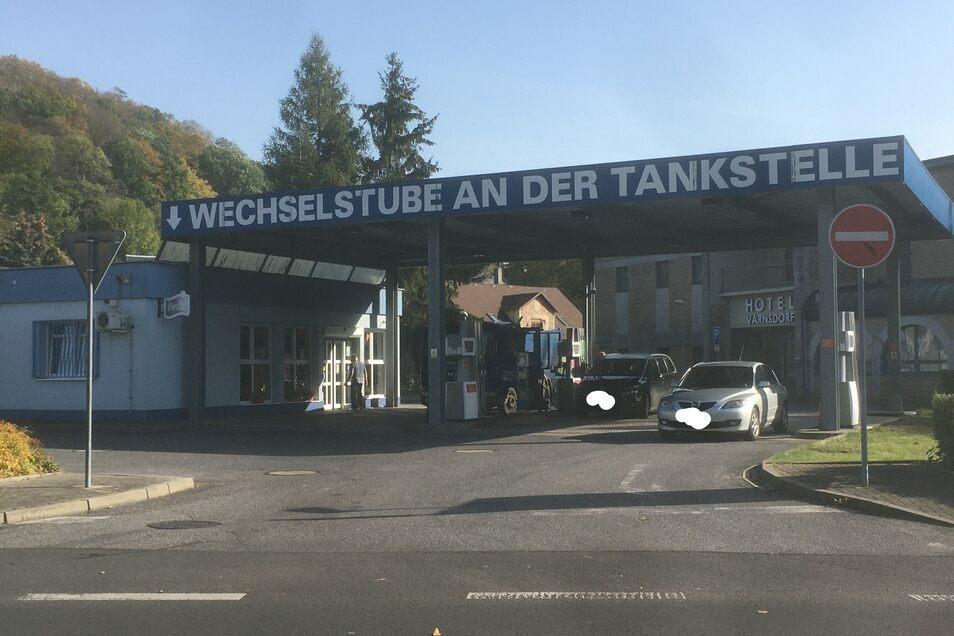 An der Tankstelle in Varnsdorf, nur wenige Meter über die Grenze von Seifhennersdorf, tankten gestern zahlreiche Deutsche.