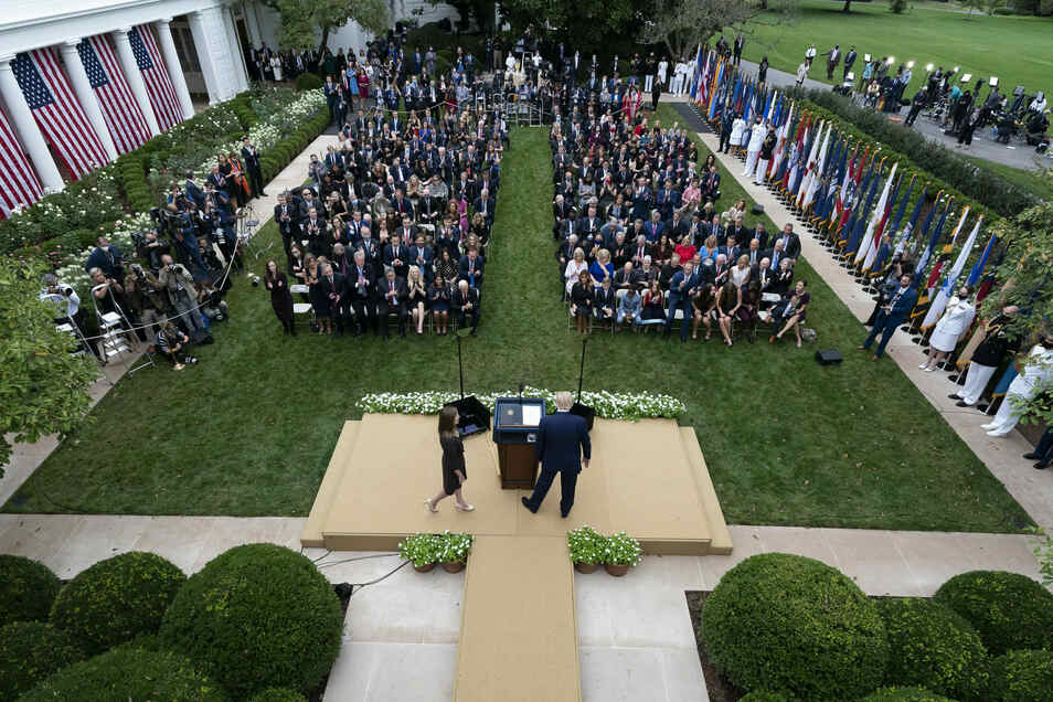 Donald Trump spricht auf einer Pressekonferenz im Rosengarten des Weißen Hauses. Diese Veranstaltung wurde zu einem Superspreader-Event - zahlreiche Teilnehmer wurden später positiv getestet, darunter Trump selbst und seine Frau Melania.