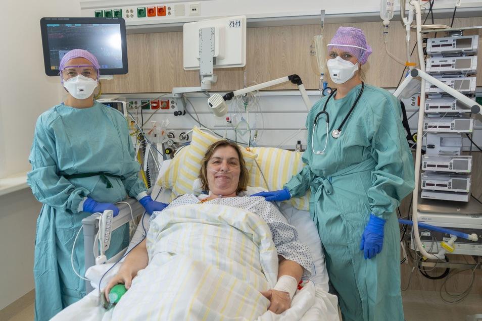 Die Intensivschwester Marie Kucianova (l.) und Dr. Laura Heim, Ärztin in Weiterbildung (r.), gehörten zum Team der Intensivstation, die 20 Tage lang Covid-19-Patientin Jenny Fischer versorgt haben.
