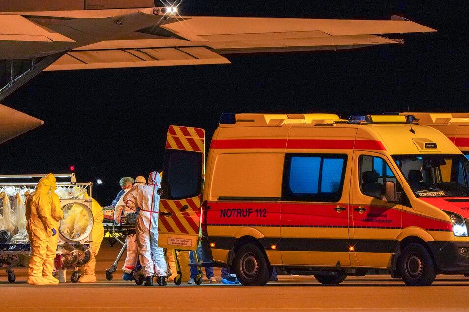 In der Nacht zum Dienstag landete eine italienische Militärmaschine mit acht Patienten in Leipzig.