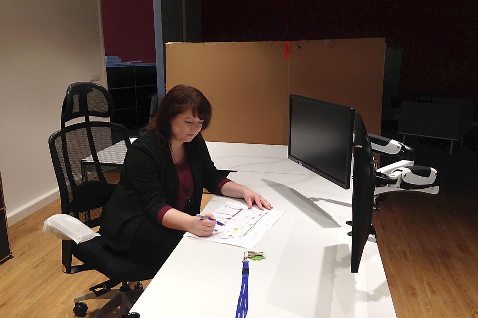 Kati Scheuner, künftige Büroleiterin der LebensRäume-WohnLounge im Lausitz-Center Hoyerswerda, an ihrem noch unfertigen Arbeitsplatz. Vor sich hat sie die Skizze mit dem Grundriss der Lounge und deren Einrichtung – jetzt beginnt das Möblieren.