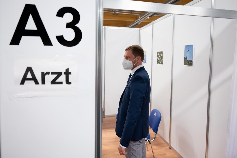 Löbau: Michael Kretschmer (CDU), Ministerpräsident von Sachsen, hat sich bei seinem Besuch im Impfzentrum über die aktuelle Situation informiert.