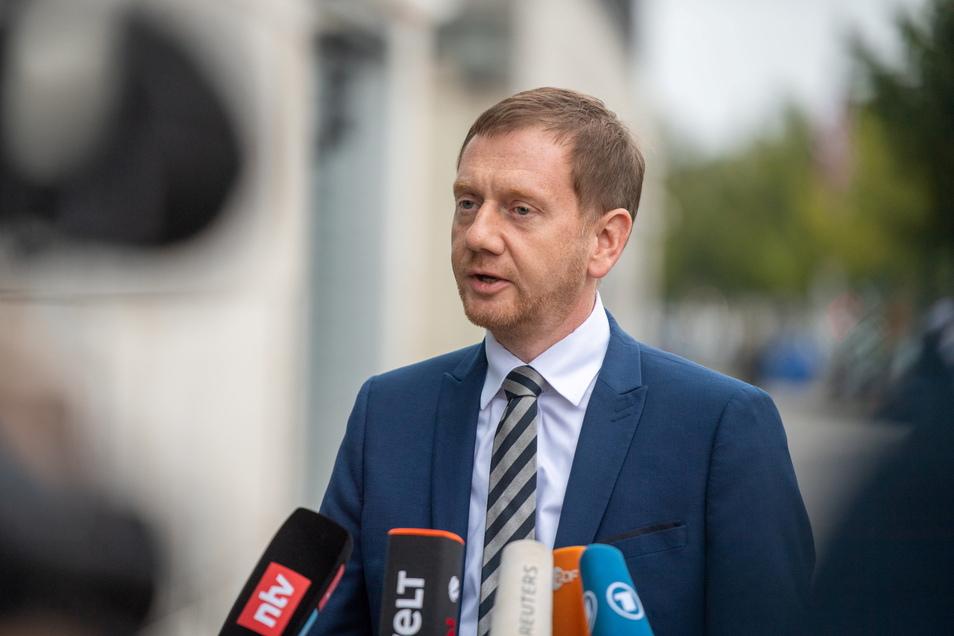 Der sächsische Ministerpräsident Michael Kretschmer (CDU) warnt davor, dass die pandemische Lage derzeit wieder an Kraft gewinne.