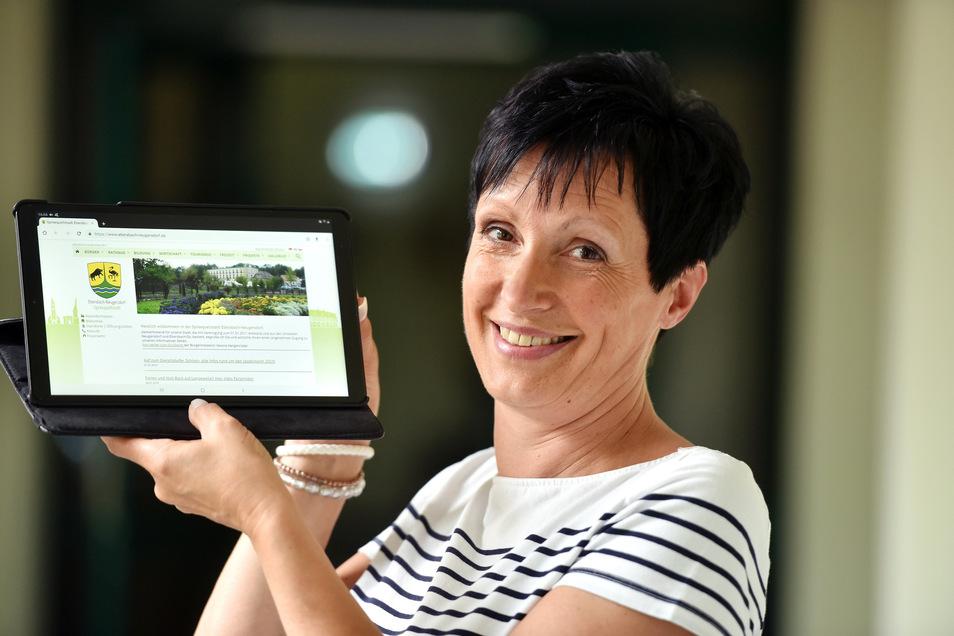 Rica Wittig, Hauptamtsleiterin, Stadtverwaltung Ebersbach mit einem neuen Tablet.
