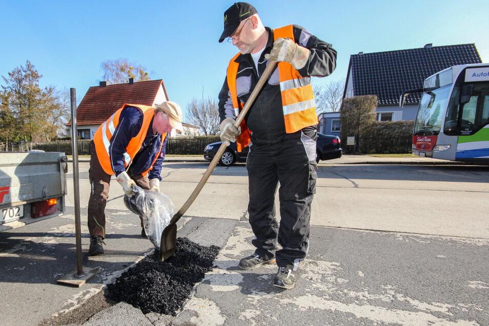 Jens Rinka (re.) und Axel Liczba brauchten keine halbe Stunde, um dieses Schlagloch auf der Merzdorfer Straße zu säubern, mit Kaugummiasphalt zu füllen, diesen festzustampfen und mit Steinmehl abzudecken. Die Materialkosten bei diesem Loch beliefen sic