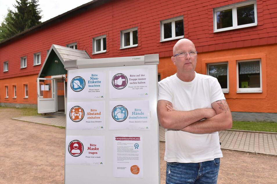 René Deinhardt leitet die Jugendherberge in Zinnwald. Im Moment gibt es dort nicht viel zu tun. Drei Mitarbeiter sind deshalb in Kurzarbeit.