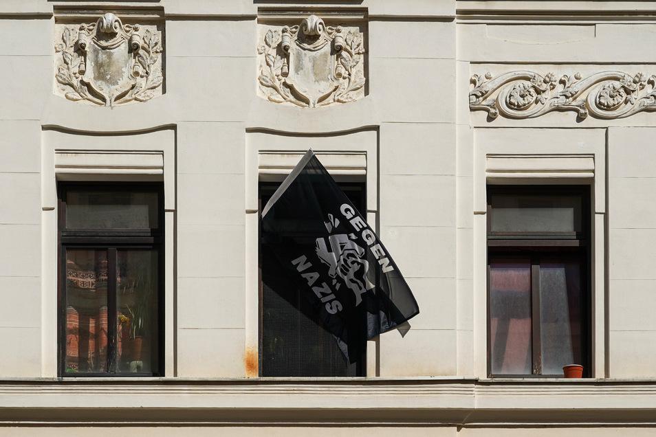 """Eine Fahne mit der Aufschrift """"Gegen Nazis"""" hängt aus einem Fenster."""
