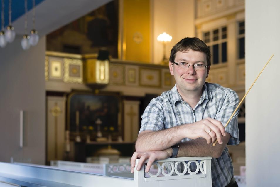 Kantor Samuel Holzhey - hier in der Christuskirche Bischofswerda - leitet ab September einen neuen Projektchor.