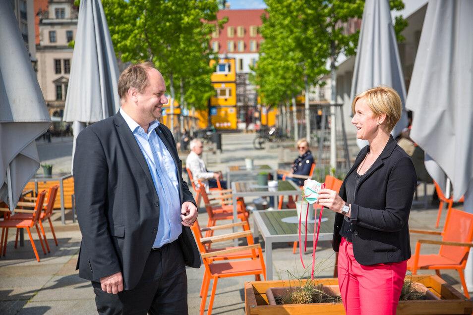 Oberbürgermeister Dirk Hilbert im Gespräch mit Jana Wittig vom Restaurant Palastecke.