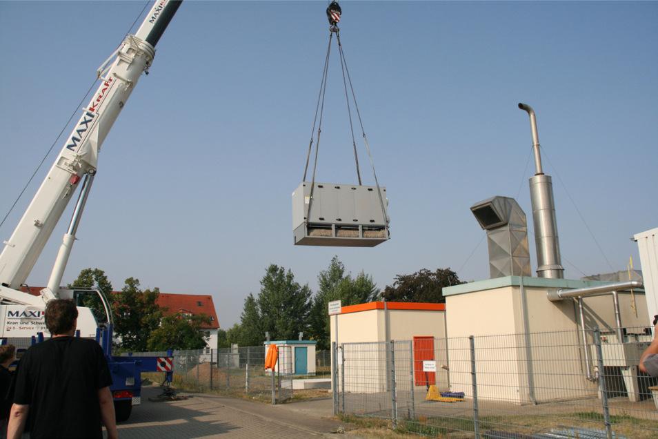 Am 30. Juli schwebte das eigentliche Kraftwerk an der Bebelstraße ein.