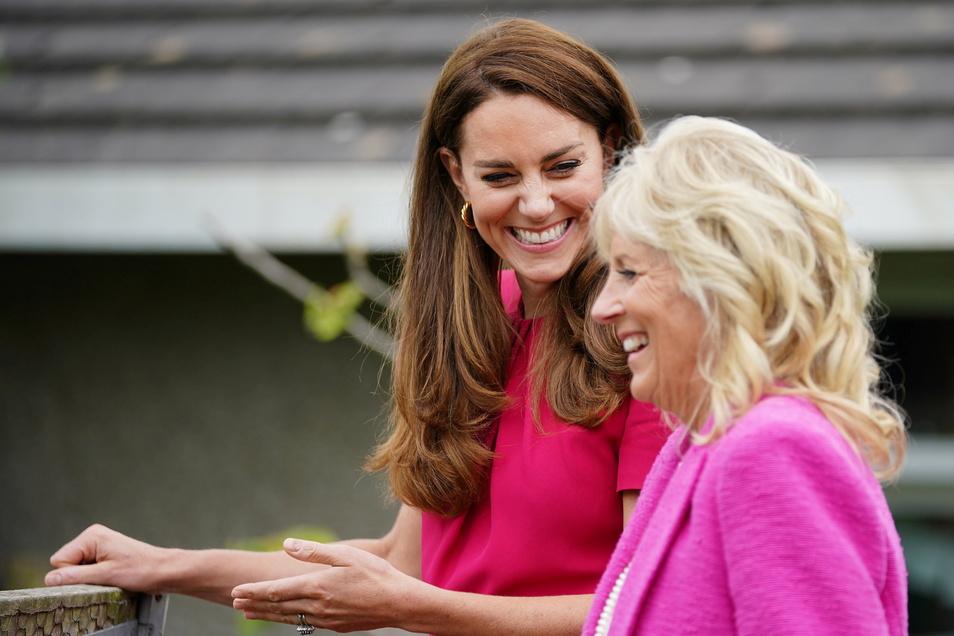Prinzessin Kate (l), Herzogin von Cambridge, und First Lady Jill Biden, sprechen bei einem Besuch der Connor Downs Academy im Rahmen des G7-Gipfels miteinander.