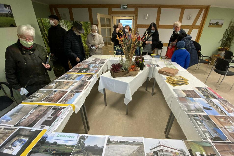 Im neuen Konferenzraum gab es für die Besucher eine kleine Ausstellung mit historischen Fotos des Hofes und eine Dokumentation des bisher Geschafften.