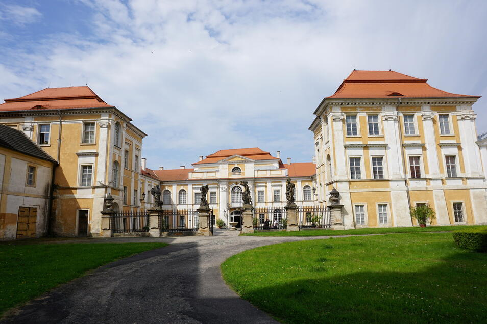 Das Barockschloss Duchcov (Dux). Die Giganten am Haupttor sind an den Prager Hradschin angelehnt.