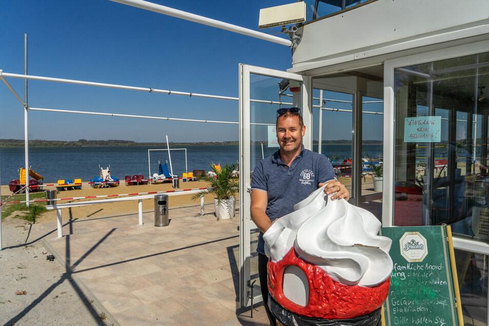 Matthias Schneider verkauft weiter Eis und anderes in seiner Ocean-Beach-Bar am Strand der Talsperre in Bautzen. Doch hinsetzen darf sich dort gegenwärtig niemand.