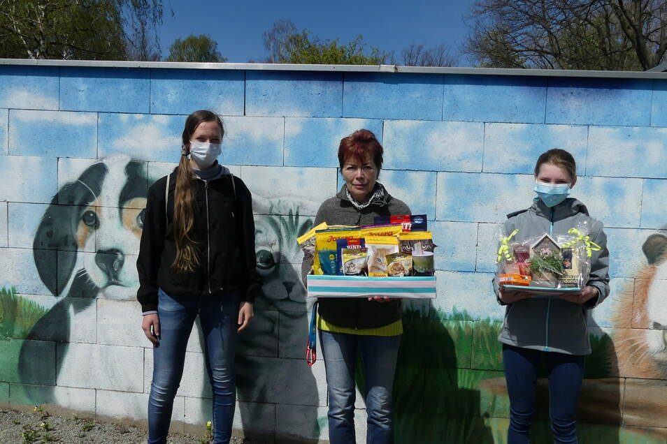Franziska Schubert und Lilly Nagel übergeben Ramona Loske (Mitte) vom Tierschutz-Verein ihre selbst gebastelte Spende.