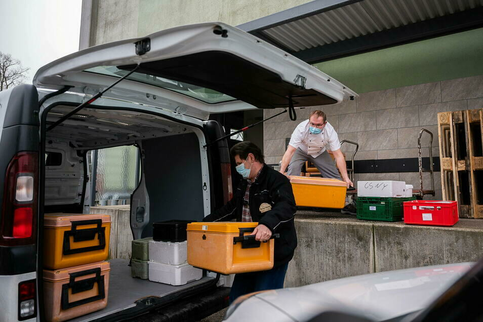 Koch Chris Bannat und Tino Beck verladen das Mittagessen vom Bürgerhaus in die Fahrzeuge. Die Küche lebt weiterhin vom Geschäft außer Haus.