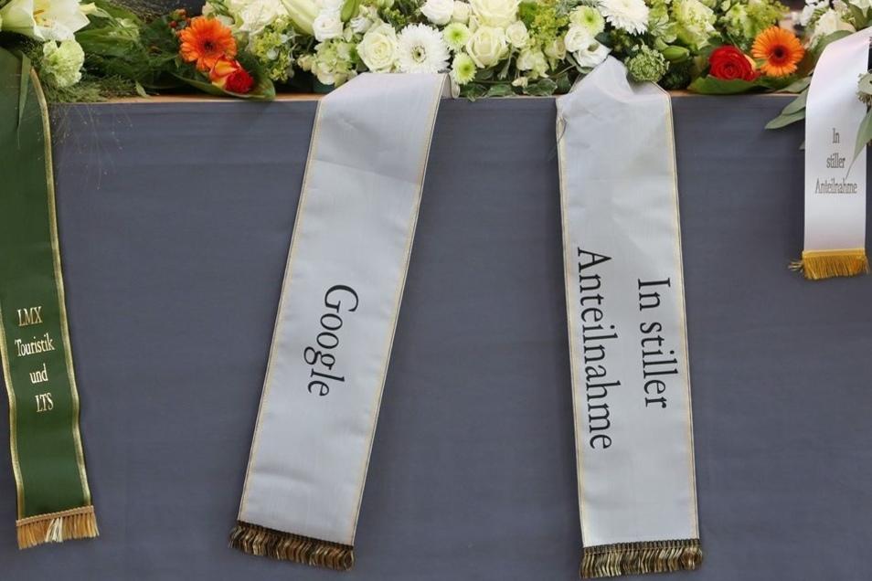 Referenz: Auch Unister-Geschäftspartner Google und andere Firmen haben zur Trauerfeier Kränze geschickt.