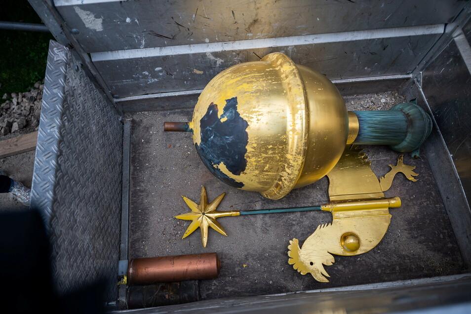 Turmkugel, Wetterhahn und zwei Kapseln - eine aus Blech, eine aus Kupfer.