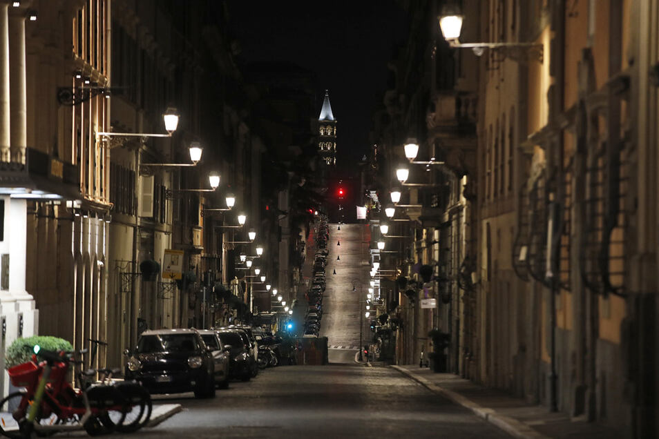 Eine leere Straße in Rom während der Ausgangssperre.