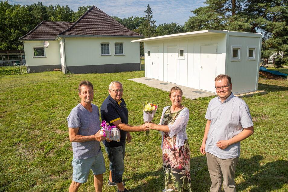 Der Uhsmannsdorfer SV mit Vereinschef Harald Kreutziger und dem sportlichen Leiter Norbert Brückner (v.l.) kann ab sofort einen Sanitärtrakt nutzen. Rothenburgs Bürgermeisterin Heike Böhm und Tobias Ganer aus dem Rathaus gratulierten.