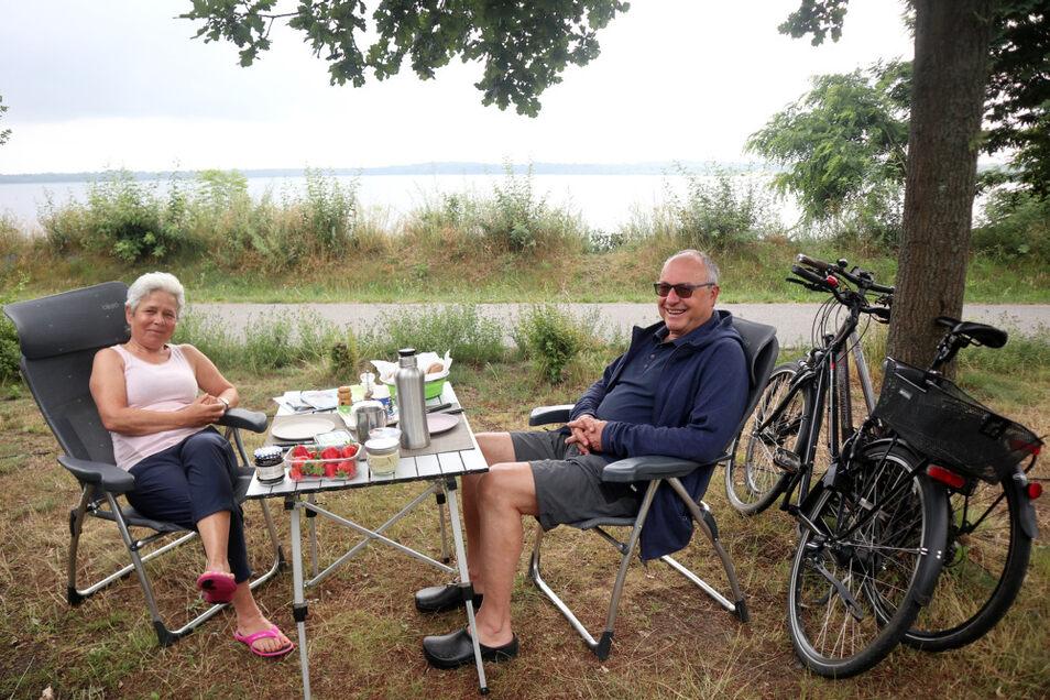 Am Dreiweiberner See auf dem Caravan-Platz stimmt das Preis-Leistungs-Verhältnis. Es ist fair und ausgewogen. Das meinen Jutta und Roland Böhm aus Berlin. Sie sind erfahrene Wohnmobil-Fahrer.