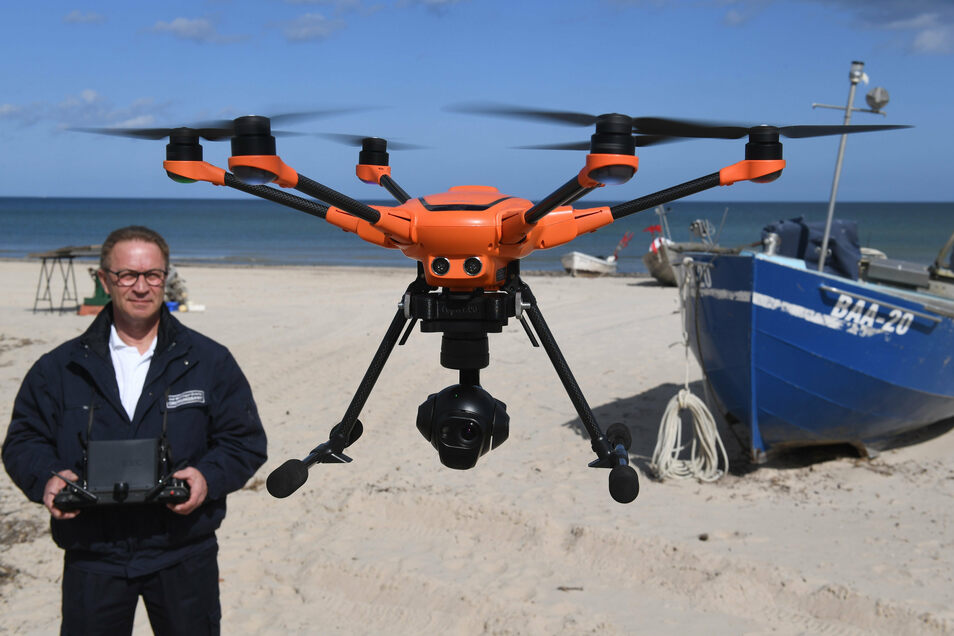 Auch in Deutschland werden die Beschränkungen kontrolliert, aber ohne Waffen: Dieter Teetz, Mitarbeiter des Ordnungsamt Mönchgut-Granitz startet am Strand von Baabe auf der Insel Rügen eine Drohne zur Kontrolle der Einschränkungen im öffentlichen Leben.