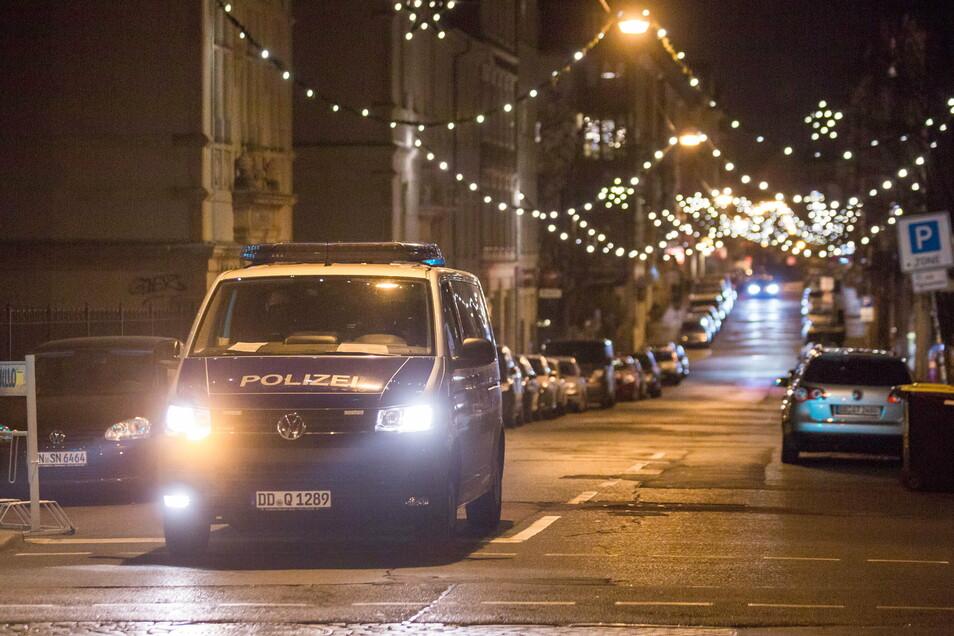 Zu Fuß und im Streifenwagen überwacht die Polizei jetzt die Ausgangssperre wie hier auf der Louisenstraße.