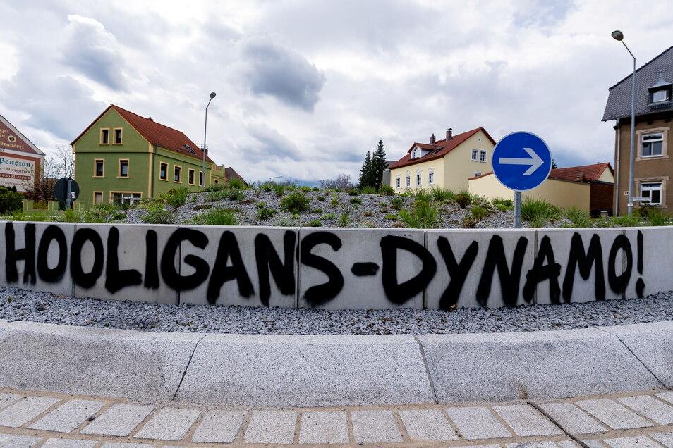 Die Stadt Bautzen will die Dynamo-Schmiererei am Schliebenkreisel überstreichen.