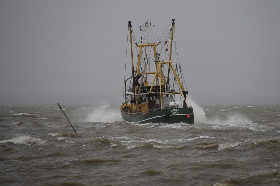 """Der Fischkutter """"Hartje"""" fährt vor Dagebüll über die sturmgepeitschte Nordsee."""