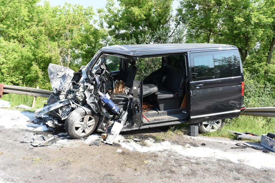 Der VW Bus wurde stark beschädigt. Eine Person wurde eingeklemmt.