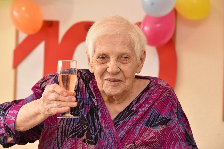 Irmgard Rosenbaum feiert gut gelaunt ihren 100. Geburtstag im Seniorenpflegeheim Bärenstein.