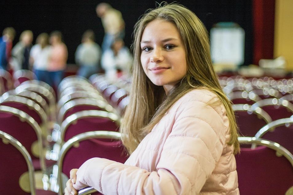 Ich freue mich auf die Feierstunde am Sonnabend, wenn ich im festlichen Rahmen meine Jugendweihe erhalte. Wir haben uns entschlossen, nur an der Feierstunde teilzunehmen, auch wenn es im Vorfeld viele Angebote gegeben hat. Die Jugendweihe ist für mich erste Wahl, auch wenn die Mehrheit meiner Mitschüler die Konfirmation macht. Nach der Feierstunde werden wir zu Hause weiterfeiern und eine Kremserfahrt machen. Lea Aleksandra Kehling (14), RothenburgFoto: André Schulze