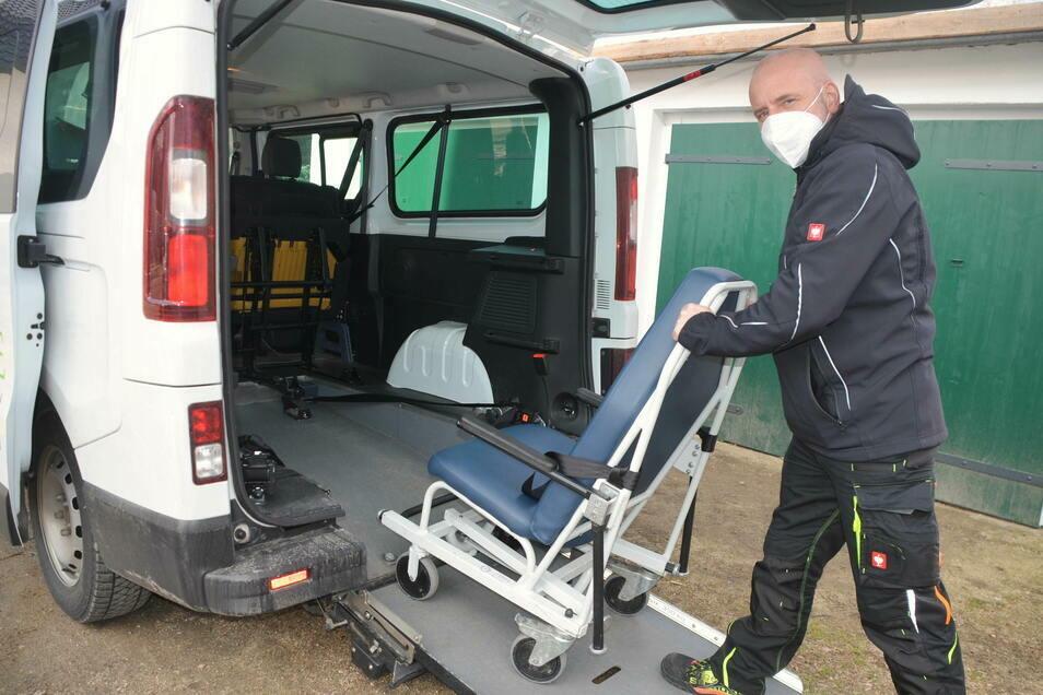 Fahrdienstleiter Alexander Rösler kann im Spezialstuhl auch pflegebedürftige Senioren mit Mobilitätseinschränkungen zum Impfzentrum nach Löbau mitnehmen.