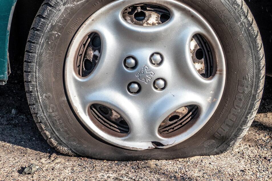 """Einen """"Plattfuß"""" oder sogar mehrere haben drei Autofahrer am Mittwochmorgen in Westewitz an ihren am Bahnhaltepunkt geparkten Autos festgestellt."""